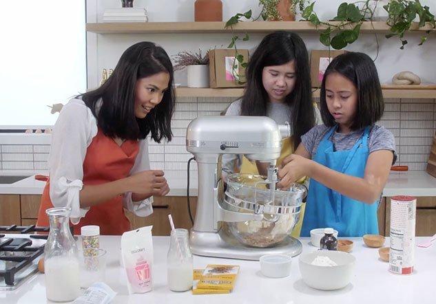 Malia and Kailani baking with Janelle for kalika.com